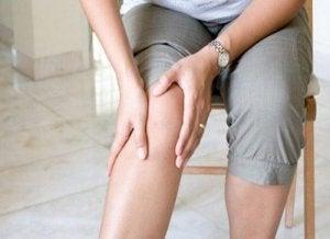 Atenuând dureri dureroase în articulația umărului