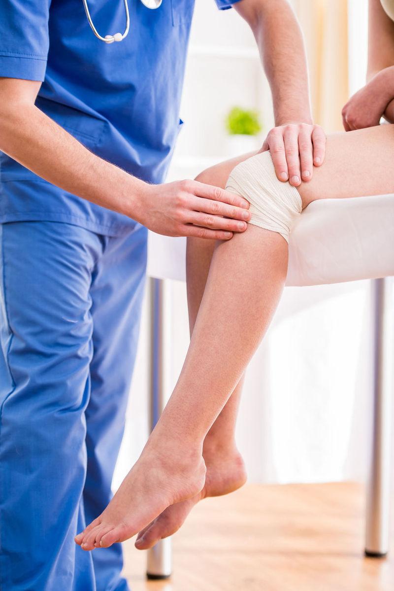 umflarea articulației genunchiului nu provoacă durere)