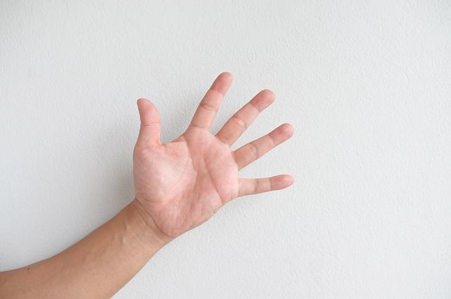 degetele umflate cu artrita)