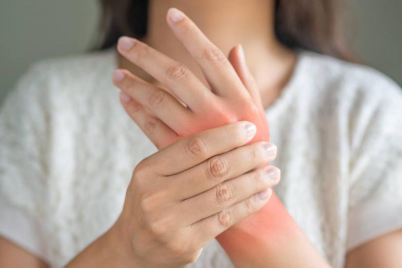 articulație roșie și dureroasă pe deget)