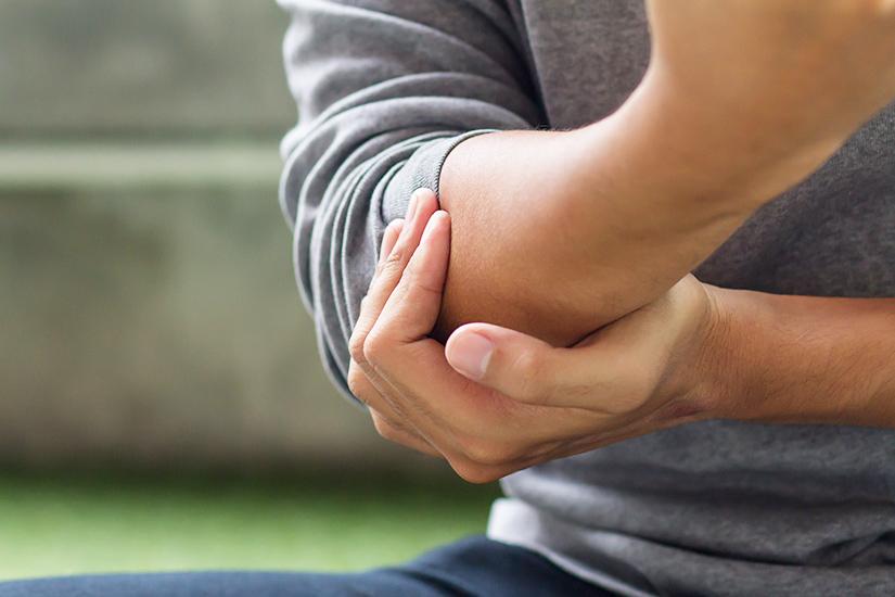 artrita guta a mainii)