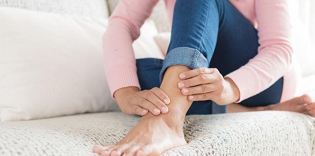 Umflarea articulației gleznei, fără durere și rănire