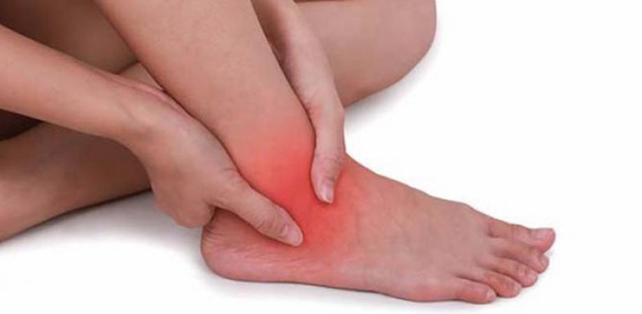 simptom dureri de gleznă și umflare)